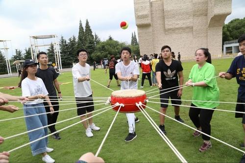 上海外服心理援助中心为华东师范大学新生开展拓展训练活动